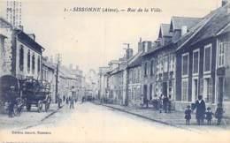 """02 - SISSONNE  : Rue De La Ville ( Attelages Animation ) - CPA Village ( 2.100 Habitants ) """" Bleutée """"- Aisne - Sissonne"""
