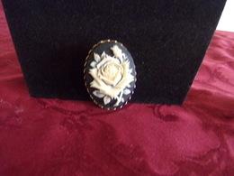 Broche Clip Ovale En Métal Doré Motif Rose Blanche En Relief Sur Fond Noir - Broches