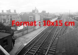 Reproduction D'une Photographie Ancienne D'un Train Arrivant à La Gare De Harlow Direction Londres En 1949 - Reproductions