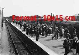Reproduction Photographie Ancienne De Vacanciers Sur Un Quai à Côté De La Locomotive Carmarthen Castle Classe GWR 4073 - Reproductions