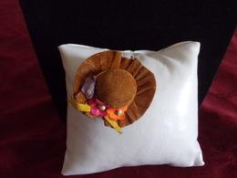 Broche En Forme De Chapeau En Velours Marron Et Fleurs Multicolores - Broches