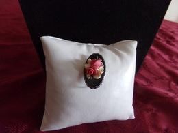 Broche En Métal Argenté Roses En Relief Sur Fond Noir - Broches