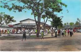 AFRIQUE NOIRE - CAMEROUN - DOUALA : Vue Du Marché - CPSM Dentelée Format CPA - Black Africa  Cameroon Kamerun Kameroen - Cameroon