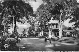 AFRIQUE NOIRE - CAMEROUN - DOUALA : Une Artère De La Ville - CPSM Dentelée Format CPA 1954 - Black Africa  Cameroon - Cameroon