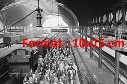 Reproduction D'une Photographie Ancienne De La Foule De Voyageurs Descendant D'une Train En Gare De Paddington à Londres - Reproductions