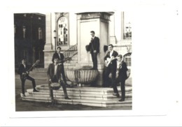 Photo  D'un Orchestre Twist, Rock, Musique, Chanteur,... Devant L'hôtel De Ville De  VERVIERS, Prénoms Au Dos (van) - Places
