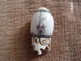 Oeuf Ancien En Ivoire Avec Son Support En Os(asie) - Eggs