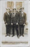 Photo Cpa 3 Frères Conscrits -Famille Billat Ou Billot ? De Tanlay '89 - - Fotografia