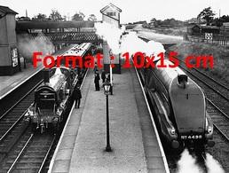 Reproduction D'une Photographieancienne D'un Train à Vapeur Et à Côté Le Flying Scotman Express - Reproductions