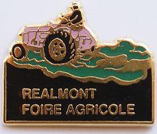 JJ...551......TRACTEURS/OUTILS AGRICOLES/AGRICULTURE./....REALMONT  FOIRE AGRICOLE - Pin's