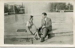 PAREJA SENTADOS AL BORDE DE UNA FUENTE. PARQUE 9 DE JULIO, TUCUMAN, ARGENTINA AÑO 1946 FOTO PHOTO SIZE: 9X14 CM -LILHU - Identified Persons