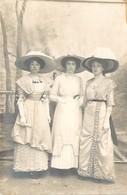 Très Belle Carte Photo De 3 Jeunes Femmes En Superbe Tenue De Sortie Robes Et Chapeaux Extravagants - Moda