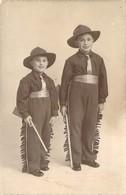 Belle Photo Format Carte Postale 2 Jeunes Garçons Déguisés En Cow-Boy Fusil Et Pantalon à Franges - Persone Anonimi