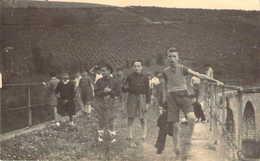 Belle Photo Format Carte Postale D'un Groupe De Scout Sur Un Viaduc Ou Une Ancienne Voie Ferrée - Scoutismo