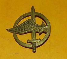 Insigne De Béret, Commandos De L'Air, Dos Guilloché , FABRICANT DRAGO PARIS,HOMOLOGATION A 688,  BON ETAT VOIR PHOTO  . - Forze Aeree