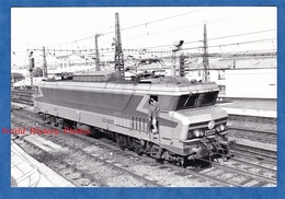 Photo Ancienne - Gare à Situer - Belle Locomotive SNCF CC 6523 - Vers 1970 / 1980 - Rail Train Bahn Eisenbahn Frybourg - Trains