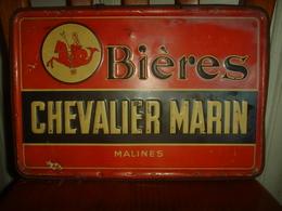 Ancienne Plaque Publicitaire émaillée En Relief Pour La Bière Chevalier Marin De Malines (Mechelen), Années 1930 - Licores & Cervezas