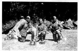 Photo De Trois Soldats Allemands Posant Dans Un Campement Avec Un Mortier  Portable Devant Eux En 39-45 - Oorlog, Militair