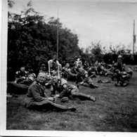 Photo D'une Fanfare De Soldat Allemand Avec Le Brassard Avec La Croix Gammée Assis Dans L'herbe En 39-45 - War, Military