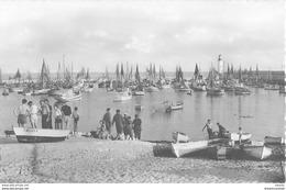 Photo Cpsm Cpm 17 ILE D'OLERON. La Cotinière Avec L'Arrivée Des Pêcheurs - Ile D'Oléron