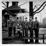 Photo De Soldat Autrichiens En Uniforme Avec Le Brassard Nazi En 39-45 - War, Military