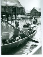 Photo Bénin. Ganvié, Village Des Pêcheurs Toffins Sur Le Lac Nokoué . 1980. Photo Du Père Gust Beeckmans - Afrika