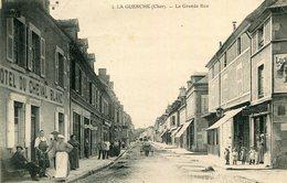 LA GUERCHE SUR L'AUBOIS - La Grande Rue Animation Devant L'Hôtel Du Cheval Blanc - La Guerche Sur L'Aubois