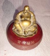 Boîte Ancienne à Tampon Encreur Plus Cachet - Couvercle Avec Bouddha En Bronze - Boîte Probablement En Bakélite. Inscrip - Otros