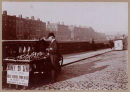 Photo Albuminée - Dublin - Marchand Ambulant Dans Les Rues En Pavés - Douglas Hôtel Restaurant - Animée - 1890 - Photos