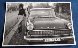 Altes SEXY PIN-UP GIRL Photo > Hübsche Junge Frau Posiert Vor Auto / OPEL > Nice Young Woman / Jolie Jeune Femme (ph88) - Pin-Ups