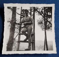 Altes PIN-UP Photo > Junge Frau Im Bikini Auf Der Leiter; Am Hochsitz > Nice Young Woman / Jolie Jeune Femme (ph95) - Pin-Ups