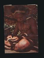 CPSM Papouasie Nouvelle Guinée -Menyamya  Man Plaiting Pig  Tusk Necklace PNG 352-Lindgren - Papua New Guinea