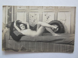Pin-up Pin-ups Femme Nue Seins Nus Sur Son Canapé Nude érotisme Eros Nu Artistique Curiosa - Pin-Ups