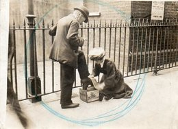 Angleterre : Cireuse De Chaussures à Piccadily Londres - Personnes Anonymes