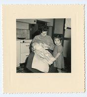 Enfant Bb Bebe Baby Maman Mother Breastfeeding Allaitement Sein Nouveau Né Cuisine Kitchen - Anonymous Persons