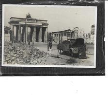-Allemagne-BERLIN-Porte De BRANDEBOURG-Guerre 1940-Photo D'un ENGIN Militaire Detruit Par Un Obus Devant Le Monument - Germany