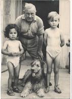 PHOTO - Grand Père Avec Ses Petits Enfants Et Le Chien  - Ft 13 X 9 Cm (Service Photo Dauphiné Libéré D'Avignon) - Personnes Anonymes