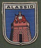 """08138 """"ALASSIO"""" SCUDETTO SU FONDO IN STOFFA CON DECORI IN RICAMI POLICROMI - Scudetti In Tela"""