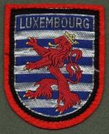"""08143 """"LUXEMBOURG"""" SCUDETTO SU FONDO IN STOFFA CON DECORI  IN RICAMI POLICROMI - Scudetti In Tela"""