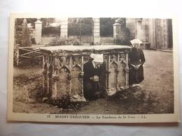 Carte Postale Minihy-Treguier (22) Le Tombeau De Saint Yves -Priere En Costume Local ( Petit Format Non Circulée ) - Tréguier