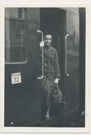 REAL PHOTO -  TRAIN  ON RAILWAY STATION ,  Woman -  Old Photo - Trenes