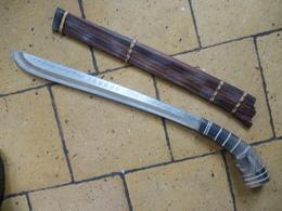 Sabre Toraja , Indonésie , étui En Bois , Lame Acier TRES Acérée , Poignée Décorée En Corne De Buffle - Knives/Swords