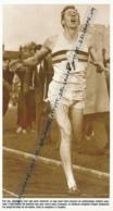 ATHLETISME : PHOTO (1954), ROGER BANNISTER BAT LE RECORD DU MONDE DU MILE (OXFORD) ET PERCE LE MUR DES 4 MINUTES... - Athlétisme