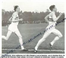 ATHLETISME : PHOTO (1954), ROGER BANNISTER BAT LE RECORD DU MONDE DU MILE (OXFORD), ICI AVEC CHRIS CHATAWAY, LE LIEVRE.. - Athlétisme