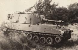 Carte Postale Photo D'un Char Tank Obuiser M108 De 105mn - Guerre, Militaire