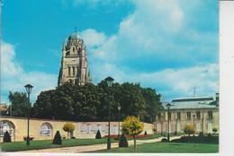 17 SAINTES  -  La Cathédrale Vue Du Square Nivelle  - - Saintes