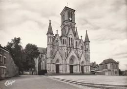 CERIZAY. - L'Eglise Et La Place.  CPM Dentelée - Cerizay