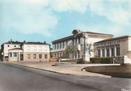 CERIZAY. - La Mairie, La Salle Des Fêtes Et L'Ancienne Poste. CPM   Dentelée Pas Courante - Cerizay