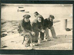 CPA - Karten Bost - Nos Marins Bretons Sur Les Quais De L'Ile Tudy - Le Cercle Des Loups De Mer  (dos Non Divisé) - Ile Tudy