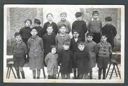 CPA Photo De Classe élèves Garçons Et Une Fille Posant Dans La Cour D'une école De SAINT MARTIN LA PLAINE - Janvier 1939 - Schools